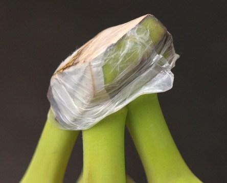 Bananen halten sich deutlich länger, wenn man den Strunk mit Frischhaltefolie einpackt. Oder wie ich hier. Sie bereits so kauft :)