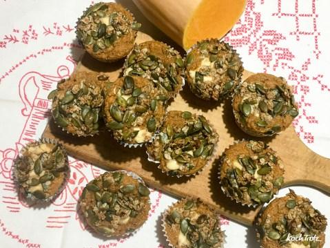 kuerbismuffins-suess-frisckasefuellung-kuerbiskern-topping-auch-glutenfrei-10