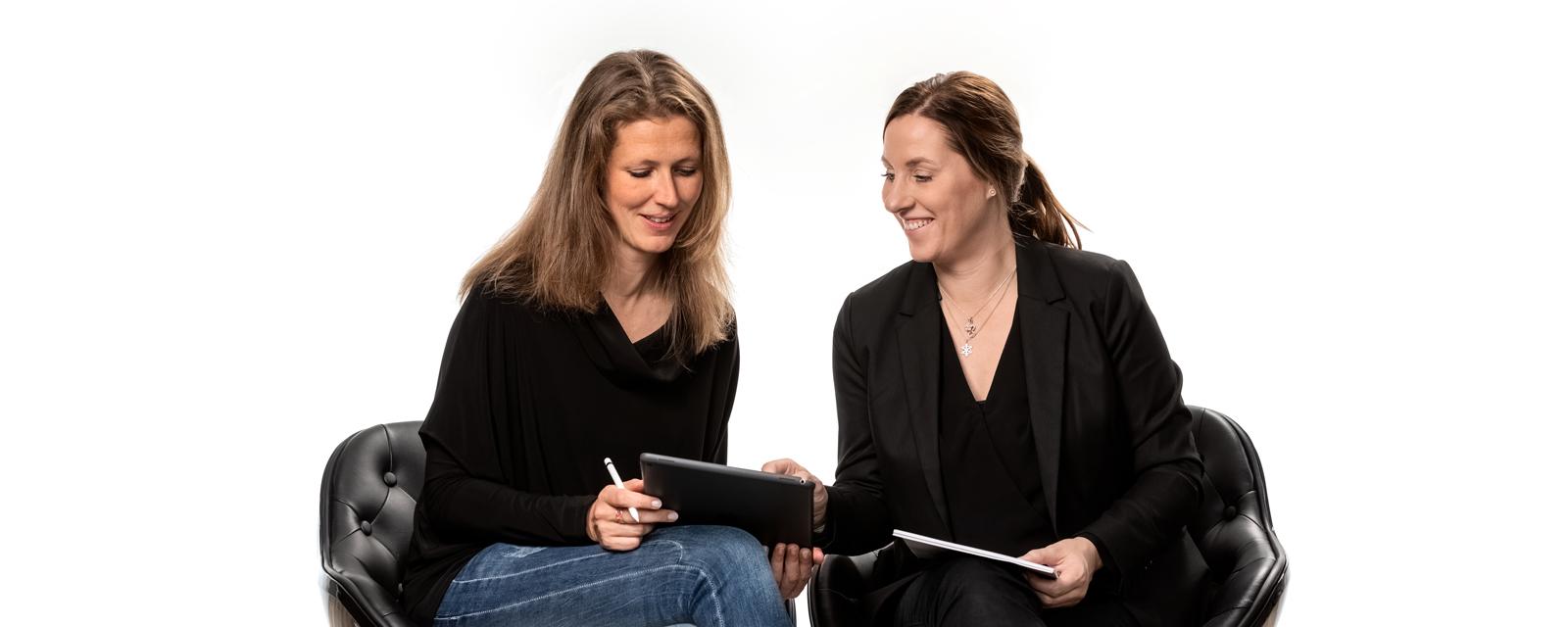 Rechtsanwältin Anne Köhler und Rechtsanwältin Stefanie Beier erstellen Arbeitsverträge für Arztpraxen.