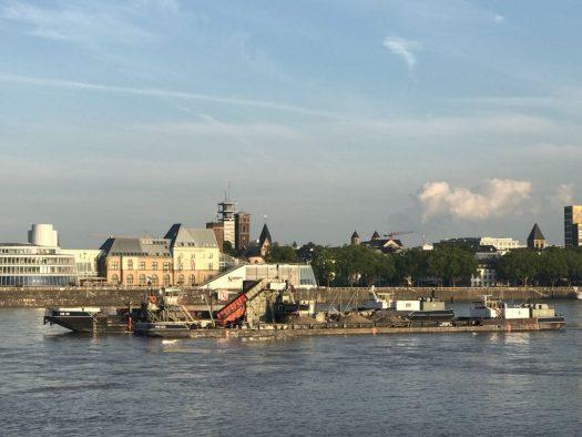 Der schwimmende Eimerkettenbagger auf dem Rhein, Bild: Silke Kievernagel