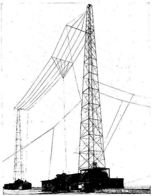 """Historische Sendeanlage mit sogenannter """"T-Antenne"""", so hat auch der Sender in Raderthal ausgesehen: Zwei 80 m hohe Tragmasten mit der mehrdrähtigen, 6 m breiten und 40 m lange T-Antenne, Bild: Rundfunksender um 1925"""