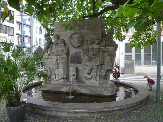 Der Ostermann-Brunnen zeigt die Figuren aus dem Milieu: Die Tant, et Schmitze Billa oder et Stina, Bild: MiriJäm