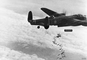 Eine Lancaster wirft eine Luftmine zusammen mit Brandbomben ab, Bild: Royal Air Force