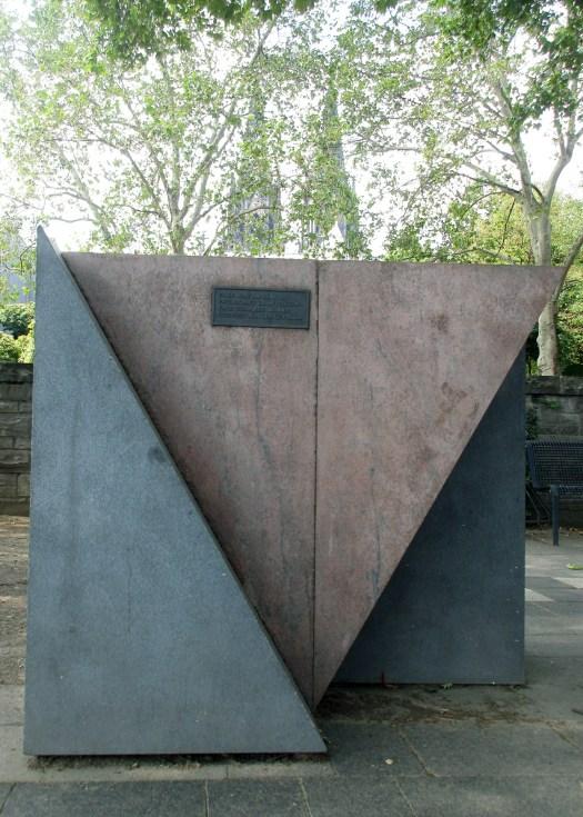 """Der """"Rosa Winkel"""", gehalten durch graue Keile, Bild: Franz-Josef Knöchel, LVR"""