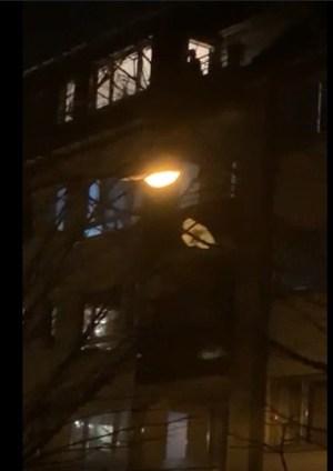 In Köln-Raderberg wird für die Helfer in der Corona-Krise geklatscht. Hier ein leider etwas dunkles Video vom 26.03. um 21 Uhr in der Raderberger Straße), Video: Uli Kievernagel