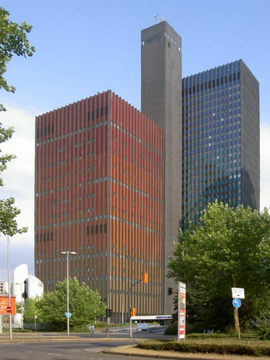 Das Funkhaus der Deutschen Welle. Links der rote Studioturm, rechts der blau-türkise Büroturm und in der Mitte der Aufzugsturm. Bild: Riadismat