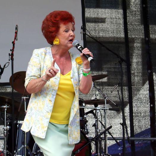Marie Luise Nikuta auf der Bühne zur ColognePride 2006, Bild: Raimond Spekking