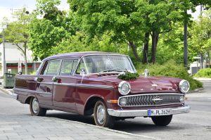 Einen solchen Opel Kapitän (Modell P 2,6 / Baujahr 1960) betonierte Vostell ein, Bild: Guido Radig / CC BY