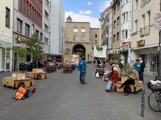 Die Wanderbäume vor der Eigelsteintorburg, Bild: Wanderbaumallee Köln