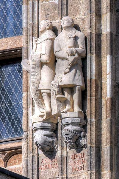Adolf Clarenbach (rechts),auf Melaten hingerichteter evangelischer Reformator, Statue am Rathaus, Bild: Raimond Spekking
