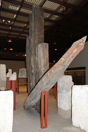 Geborgene Eichenholzpfähle der Konstantinbrücke, heute im Römisch-Germanischen Museum, Bild: HOWI - Horsch, Willy