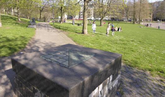 Gedenkstein für die während des Nationalsozialismus im Klingelpütz hingerichteten Menschen. Bildhauer: Hans Karl Burgeff. Bild: Hps-poll, CC BY-SA 3.0
