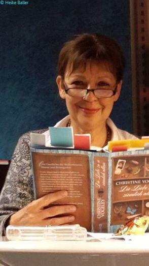 Das Buch großartig präpariert, ein paar Seiten DIN A 4zum Making-Off des Romans - und Christine Vogeley konnte loslegen.