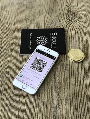 Illustration zu Bitcoin - Whitepaper, Coins, Smartphone, zu Rezension Kill Mr. bitcoin