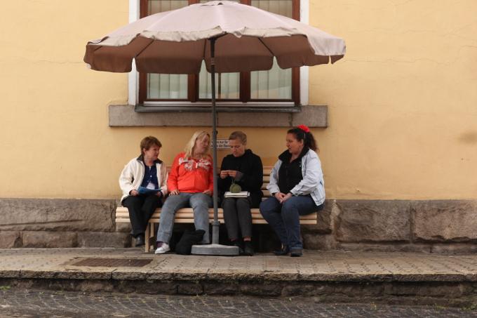 Setz' di nieder. Sei unser Gast! Die Wanderbank Kunstaktion von Christiane Huber und Susanne Kurz