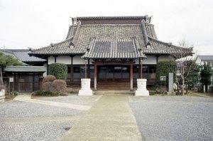 神宮寺本堂を参道から