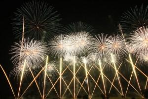 仕掛け花火と打ち上げ花火のコラボ
