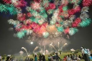 仕掛け花火と打ち上げ花火の美しいコラボに沸く観客