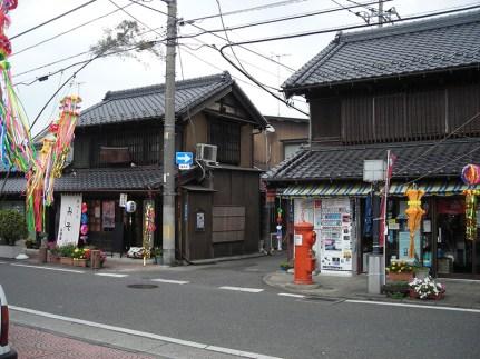 小澤こうじ店(左側)と古橋荒物店(右側)