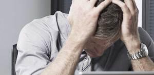 Lavorare troppo fa male comporta il declino delle capacità cognitive, stress e mancanza di sonno