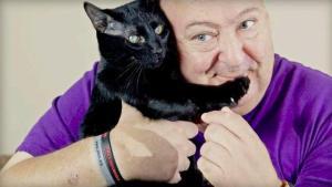 Salvato dal gatto -vita-al-suo-padrone-mordendogli-i-piedi-mentre-ha-le-convulsioni