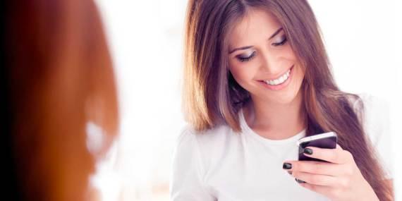 Uso frequente del cellulare, comporta un'aumento di rughe e doppio mento