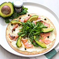 Zomerse wrappizza met zalm, avocado & kappertjes