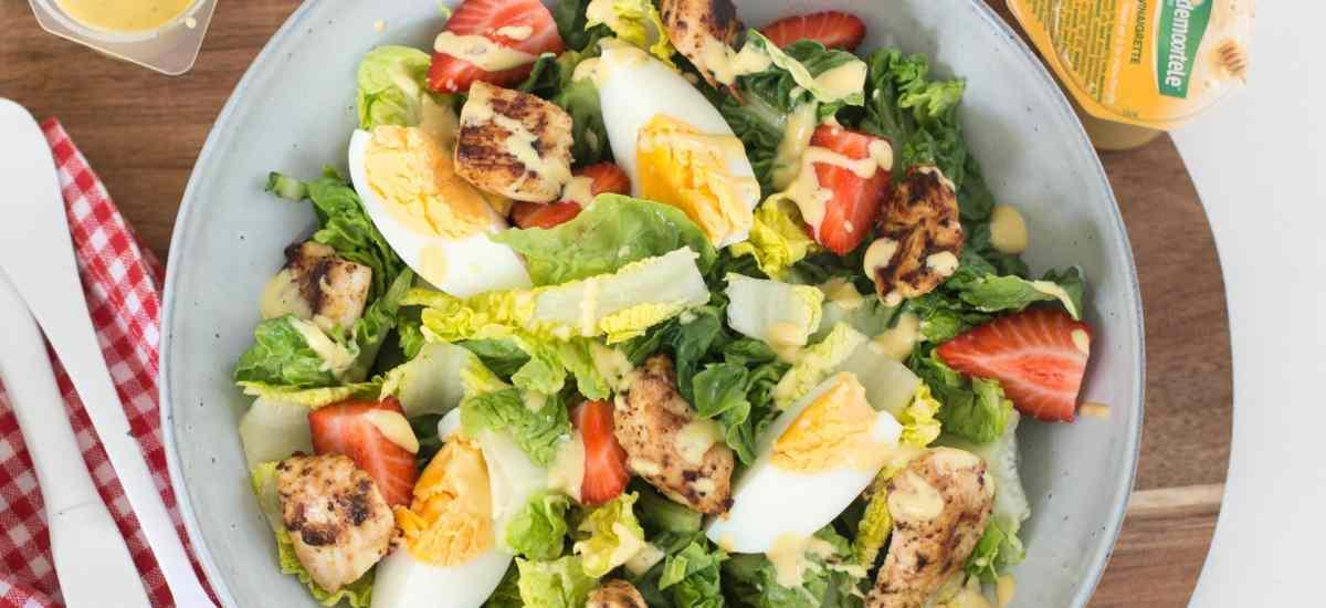 Eenpersoonssalade met kip, ei en aardbeien