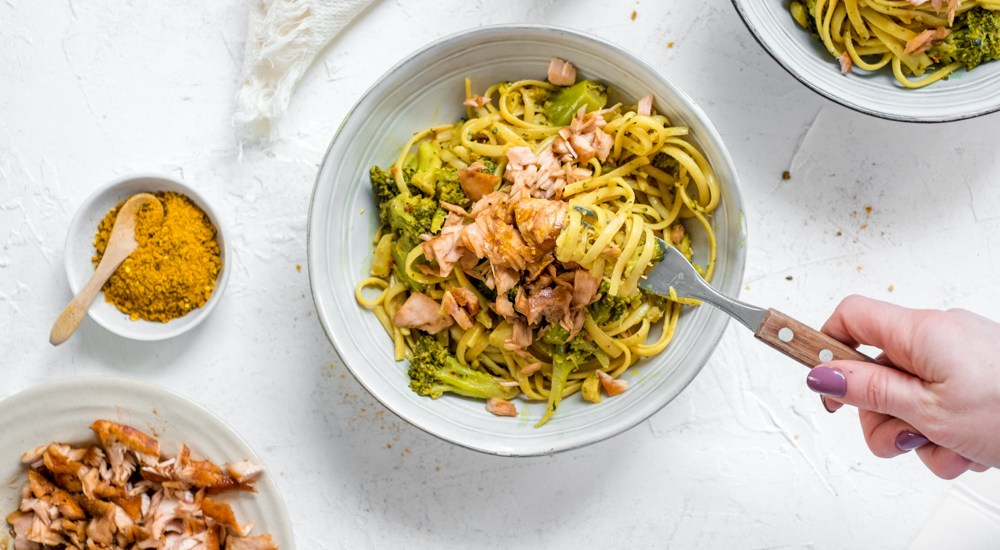 pasta met broccoli, zalm en curry