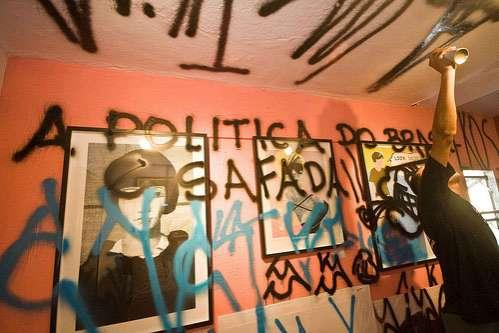pixacao-gallery-graffiti-attack