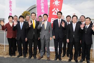 若者の雇用促進へ決意を述べる谷合氏(前列中央)ら=11日 岡山市