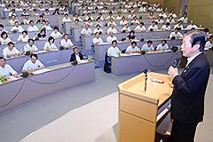 党大阪、奈良、和歌山の合同夏季議員研修会で今後の内政・外交の重要政策課題などについて見解を述べる山口代表=23日 大阪市