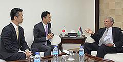 パレスチナ自治区のアムロ副首相と意見を交わす谷合、岡本の両氏=1日 ラマラ