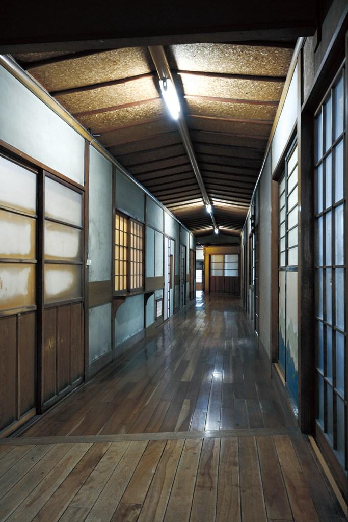 古い旅館を住居として再生し呼吸するまちの歴を呼吸する