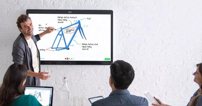 Mehrere menschen arbeiten an einem Webex Board