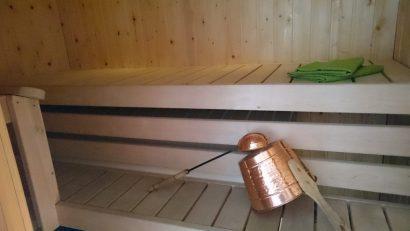 Kommeen Kurjen saunaan mahtuu kerralla 2-3 saunojaa.