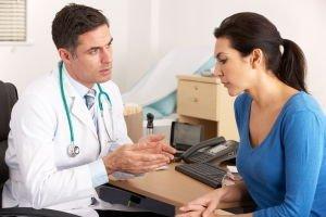 Een patiënt in gesprek over zijn behandeling