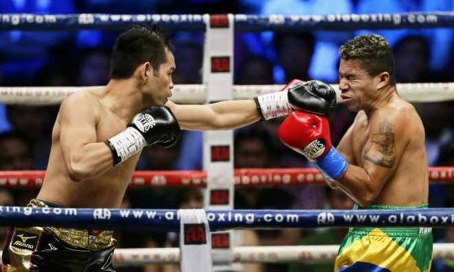 epa04683877 Filipino boxer Nonito Donaire Jr (L) in action against Brazilian boxer William Prado (R) during their WBC NABF Featherweight Championship fight at the Araneta coliseum in Quezon city, east of Manila, Philippines, 28 March 2015.  EPA/RITCHIE B. TONGO ORG XMIT: RIT201