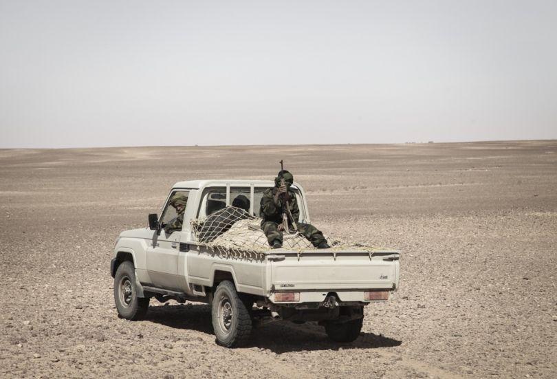 """""""On était dans le camion qui nous emmenait voir le fameux """"Mur de la Honte"""", trois heures de route en plein soleil dans le Sahara par 35°C (en mars), t'as pas forcèment les idées claires. Ça faisait plusieurs fois que je voyais la voiture passer, faire des allers-retours. Au début je n'y ai pas fait attention, puis quand j'ai compris je me suis dit que ça valait bien une photo ! Il y avait plusieurs voitures comme ça qui nous escortait. © Adlan Siouxy"""