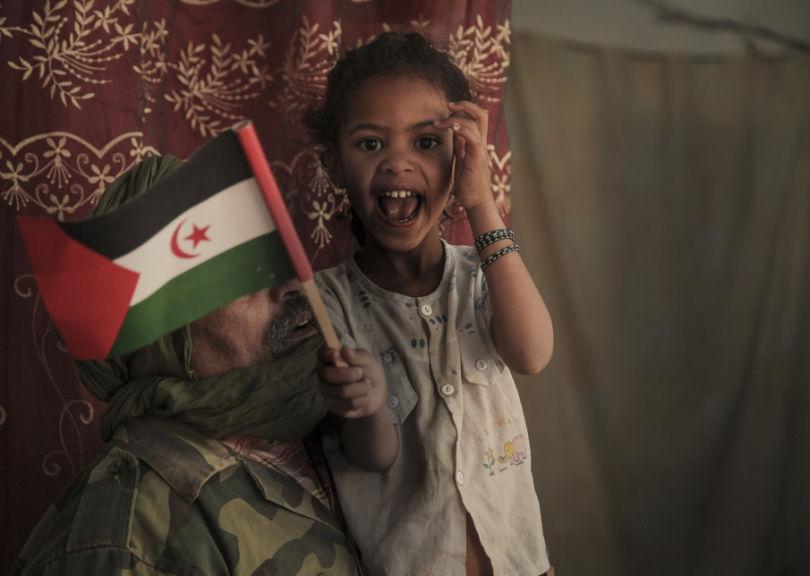 """""""Voici deux membres de la famille qui m'a accueilli, le père et la dernière fille. Elle avait ce petit drapeau (le drapeau du Sahara Occidental) qu'elle agitait dans tous les sens en parlant en arabe, j'ai trouvé ça super touchant."""" © Adlan Siouxy"""