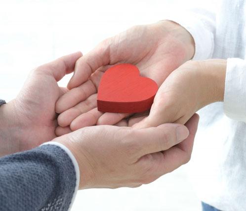 手と手を重ねるカップル