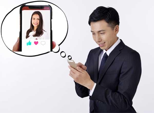 マッチングアプリで美人外国人を見つけて喜んでいる男性
