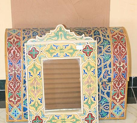 مرآة وصندوق منقوش