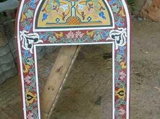 إطار مرآة من الخشب مزخرف بالطريقة التقليدية