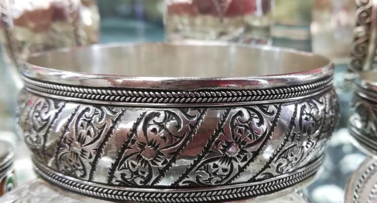 سوار رائع من الفضة صنع يدوي •