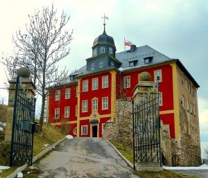 800px-SchlossBrandensteinFrontApril13