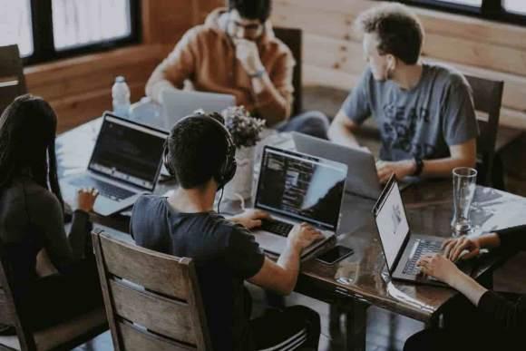 Strategie- und Content-Werknetz für PR, Marketing und integrierte Kommunikation: Kollaboration am Tisch mit Laptops © by Annie Spratt @ unsplash
