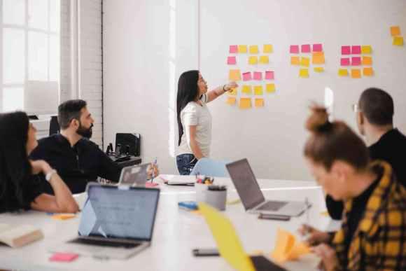 KontextLiga als Werknetz für Kommunikation bietet gegenüber Agenturen echten Mehrwert: Besprechung mit Zettelwand © you-x-ventures @ unsplash
