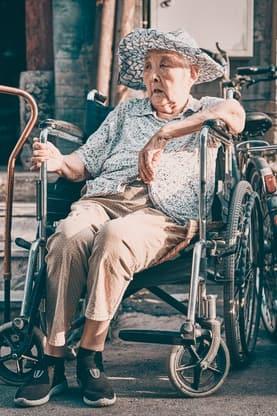 Gendern kann anstrengend sein. © by zhang kaiyv @ unsplash: alte asiatische Müde wirkende alte Frau im Rollstuhl
