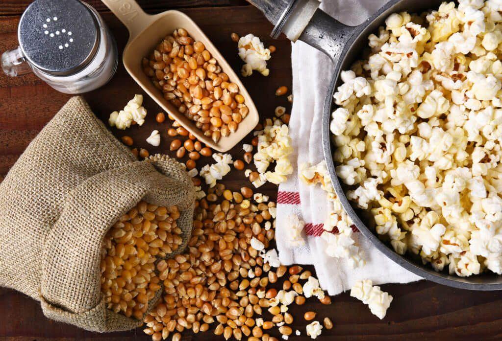 Popcorn maken suiker en zout